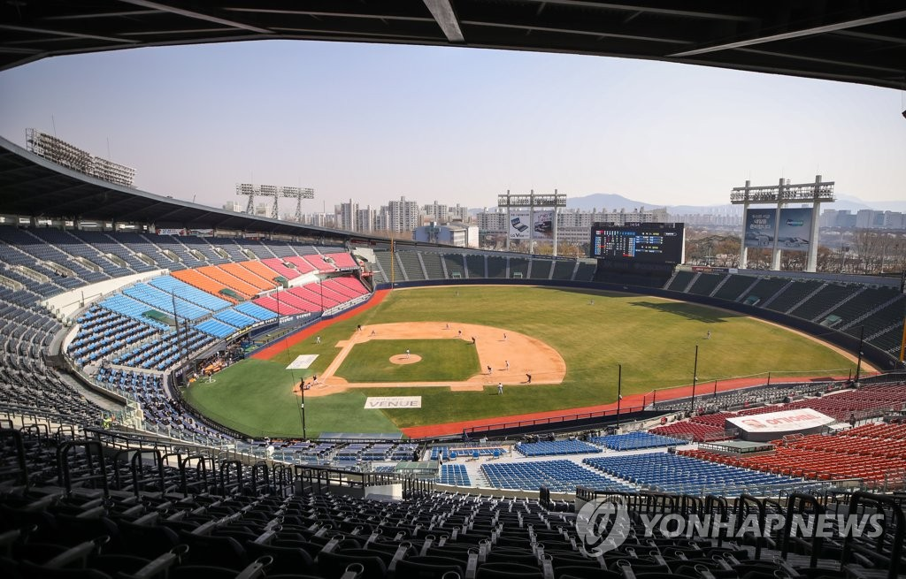 The LG Twins are playing an intrasquad game behind closed doors at Jamsil Stadium in Seoul on March 30, 2020. (Yonhap)