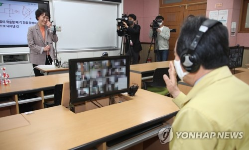 Prime minister views demonstration of online class