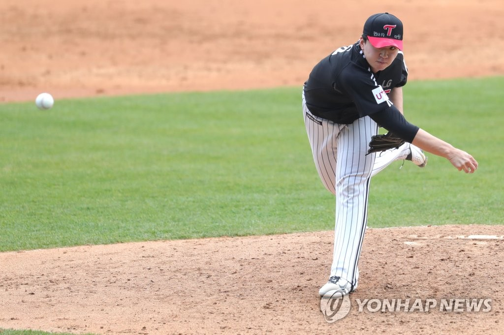 In this file photo from April 10, 2020, Lee Min-ho of the LG Twins pitches in an intrasquad game for the Korea Baseball Organization club at Jamsil Stadium in Seoul. (Yonhap)