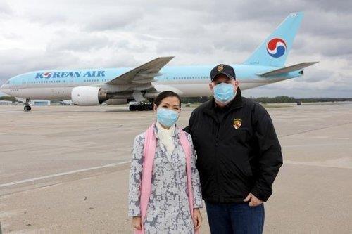 지난 4월 한국산 진단키트를 수송한 비행기 앞에서 포즈 취한 호건 주지사 부부