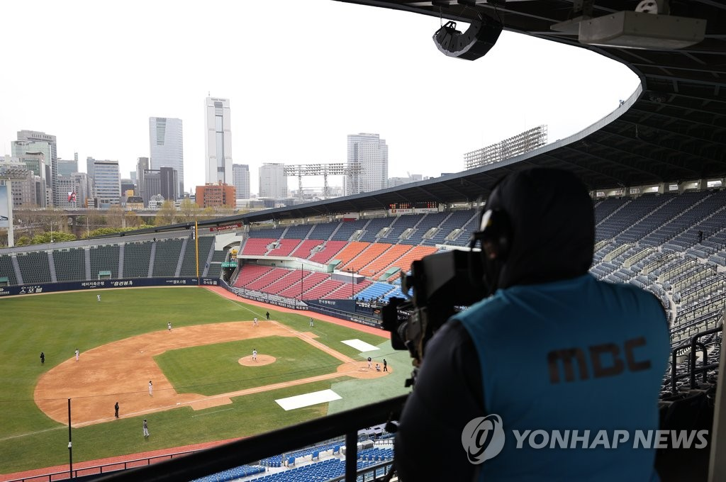 A South Korean television cameraman shoots a Korea Baseball Organization preseason game between the Doosan Bears and the Kiwoom Heroes at Jamsil Stadium in Seoul on April 22, 2020. (Yonhap)
