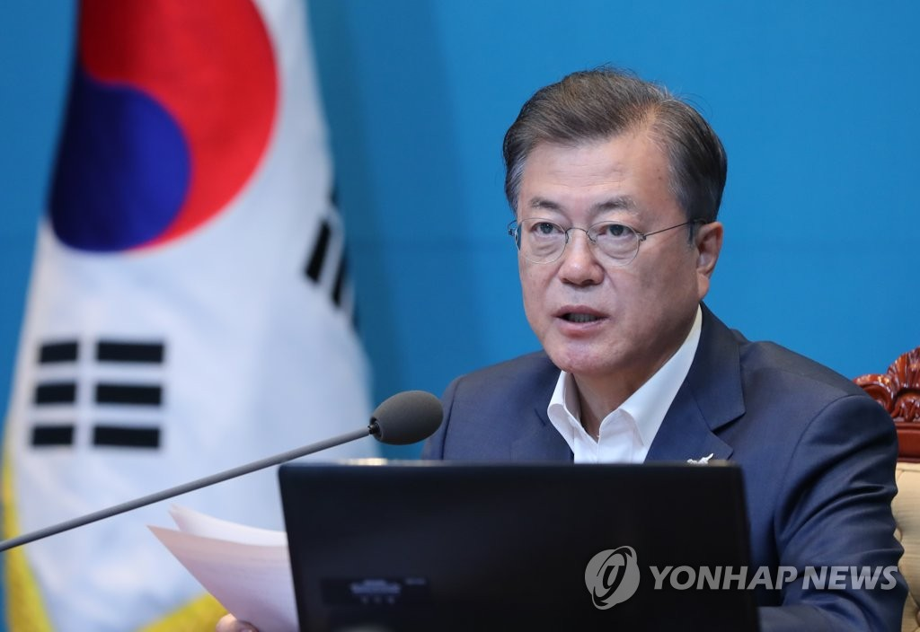 President Moon Jae-in speaks at a meeting with his senior aides at Cheong Wa Dae in Seoul on April 27, 2020. (Yonhap)