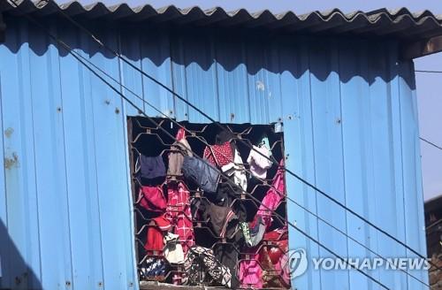 코로나19 봉쇄에 건조대로 변신한 인도 빈민가 창문