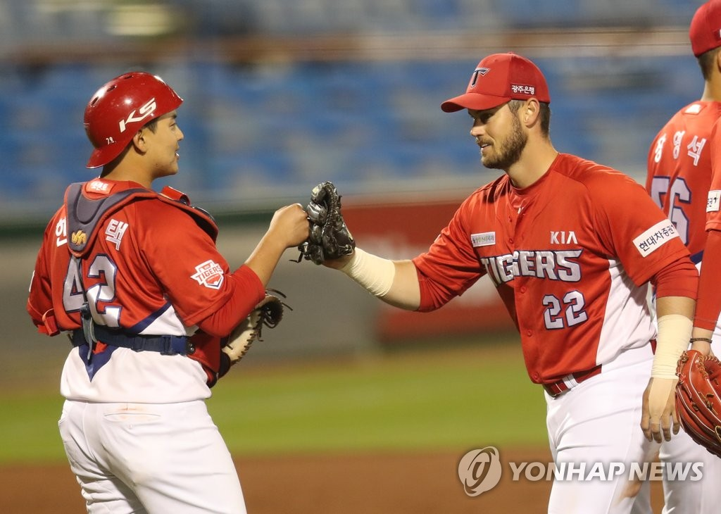 Preston Tucker (R) and Han Seung-taek of the Kia Tigers celebrate their 2-1 victory over the Hanwha Eagles in a Korea Baseball Organization regular season game at Hanwha Life Eagles Park in Daejeon, 160 kilometers south of Seoul, on May 12, 2020. (Yonhap)