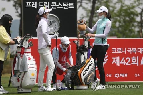 Lead Golfers Caddies Adjust To New Normal As Women S Season