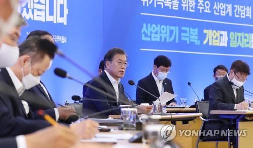 문 대통령 발언 듣는 박용만-김영주 회장