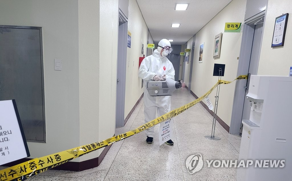 A worker disinfects a police station in Gwangju, 330 kilometers southwest of Seoul, on May 22, 2020, after a suspect under investigation showed symptoms of the new coronavirus, in this photo provided by a reader. (PHOTO NOT FOR SALE) (Yonhap)
