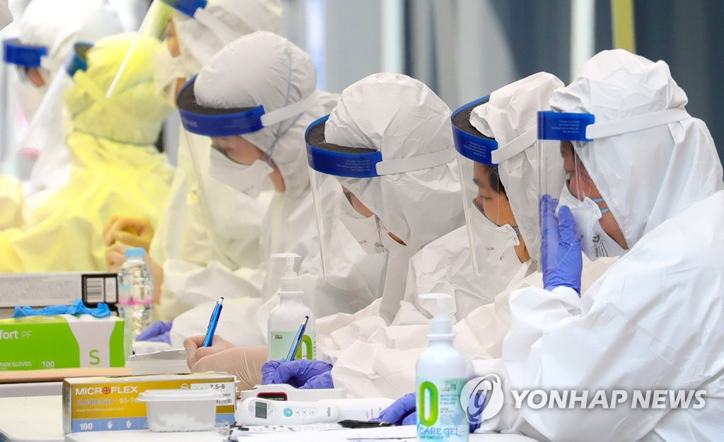 Medical staff members work at a makeshift clinic located in Incheon, west of Seoul, on May 28, 2020. (Yonhap)