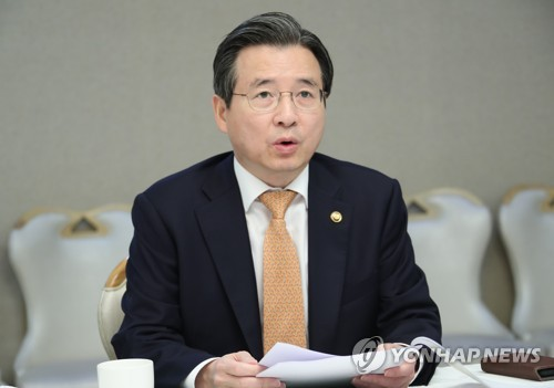 혁신성장 전략점검회의에서 발언하는 김용범 1차관