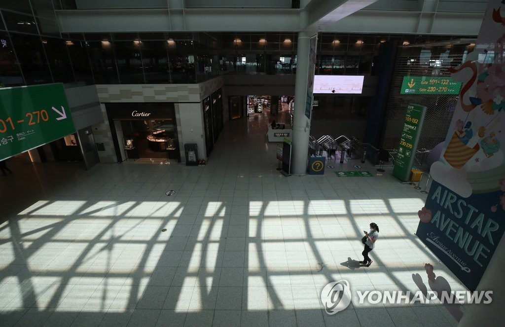 The photo, taken June 1, 2020, shows a nearly deserted duty-free zone at Incheon International Airport, west of Seoul, amid a sharp decline in the number of people arriving to and departing from South Korea caused by the COVID-19 pandemic. (Yonhap)