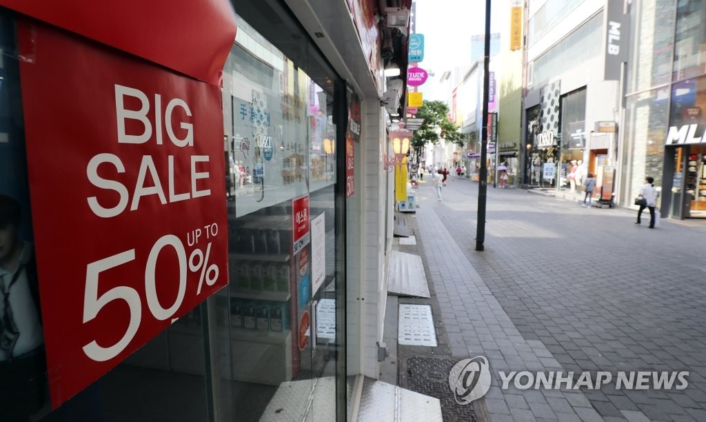 The photo, taken June 1, 2020, shows a nearly deserted street in Myeongdong, one of most famous shopping districts in Seoul, as local consumers and foreign tourists continued to avoid crowded areas amid the new coronavirus outbreak. (Yonhap)