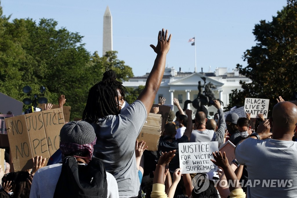 In this Associated Press photo, people stage a protest over the death of George Floyd in Washington, D.C., on June 1, 2020. (Yonhap)