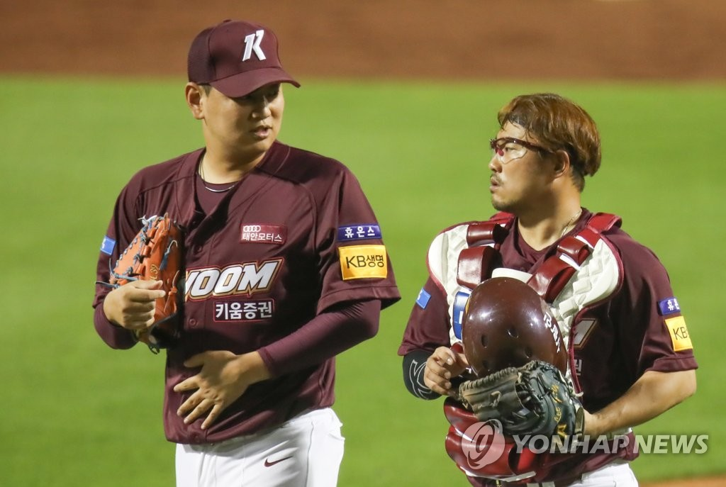 In this file photo from June 2, 2020, Yang Hyun (L) and Lee Ji-young of the Kiwoom Heroes chat after their 15-3 victory over the Hanwha Eagles in a Korea Baseball Organization regular season game at Hanwha Life Eagles Park in Daejeon, 160 kilometers south of Seoul. (Yonhap)