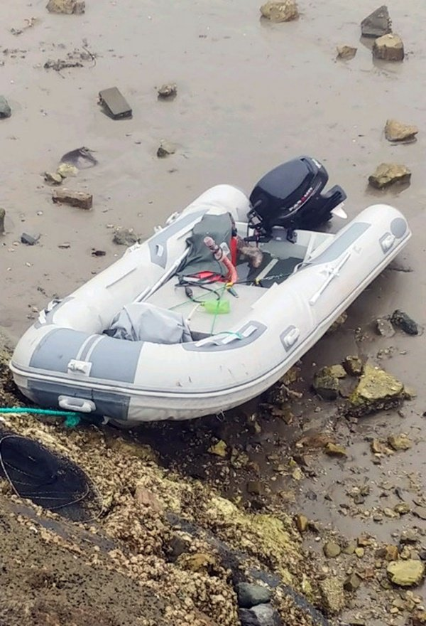 This photo, provided by the Taean Coast Guard on June 4, 2020, shows a rubber boat that was found on a beach in the coastal county of Taean, South Chungcheong Province. (PHOTO NOT FOR SALE) (Yonhap)