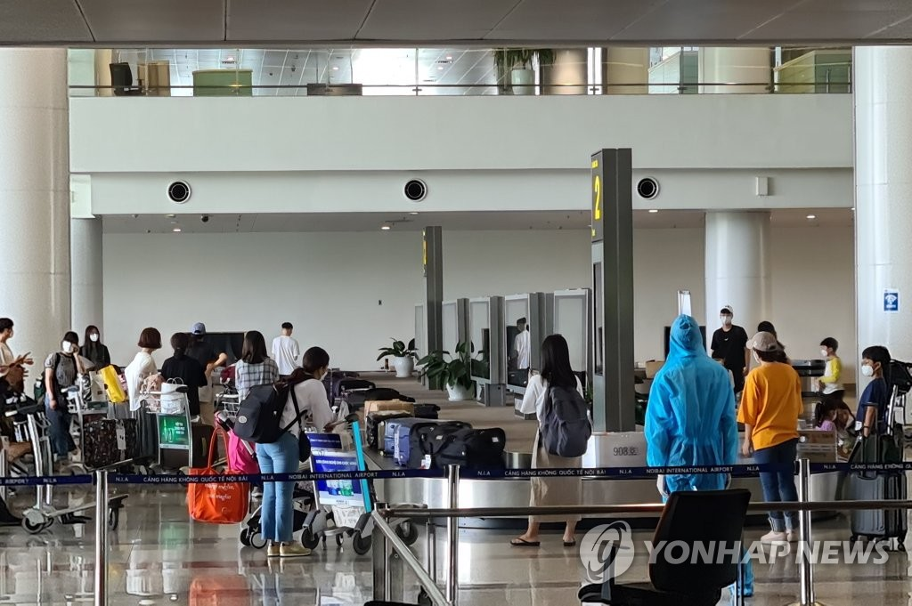 This photo, taken on June 7, 2020, shows South Korean students arriving at Noi Bai International Airport in Hanoi amid the coronavirus outbreak. (Yonhap)