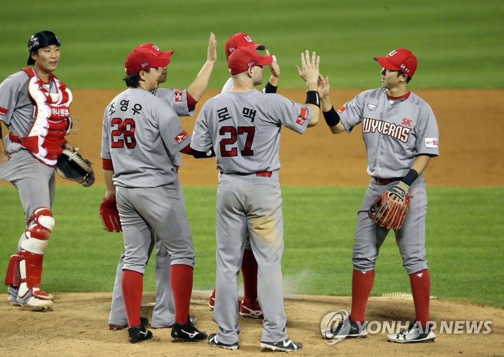 SK Wyverns players celebrate their 5-3 victory over the LG Twins in their Korea Baseball Organization regular season game at Jamsil Baseball Stadium in Seoul on June 9, 2020. (Yonhap)