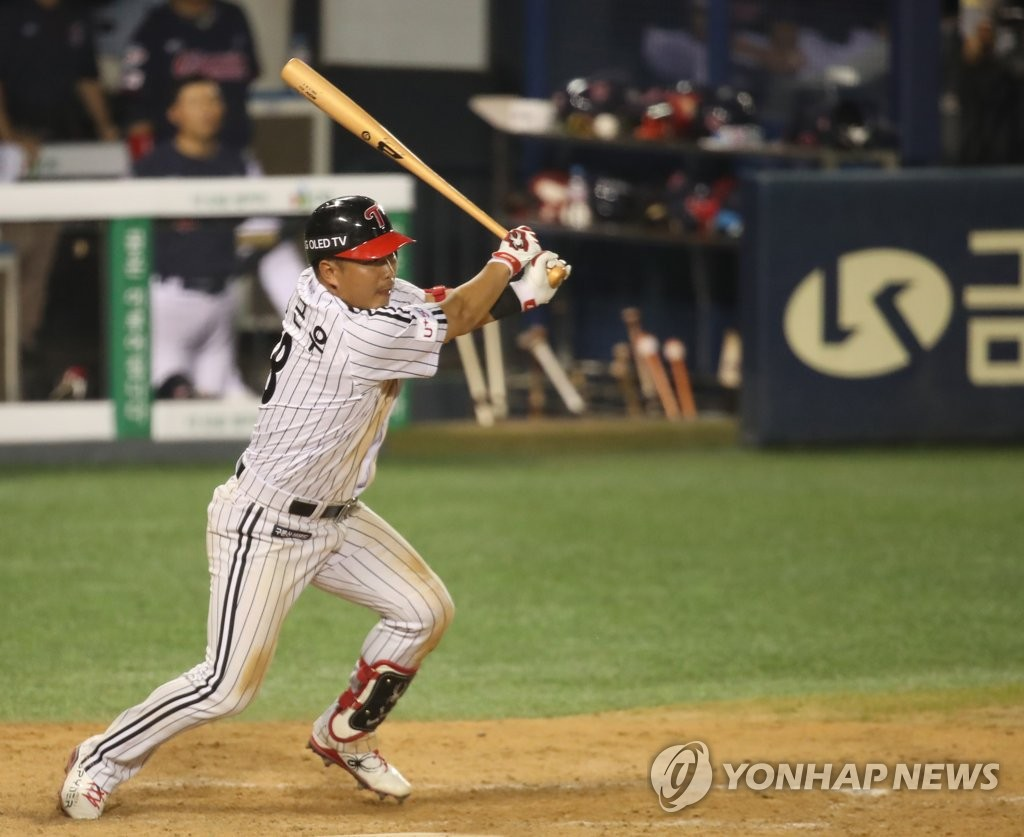 Jeong Keun-woo of the LG Twins hits a game-winning single in the bottom of the 10th inning of a Korea Baseball Organization regular season game against the Lotte Giants at Jamsil Baseball Stadium in Seoul on June 12, 2020. (Yonhap)