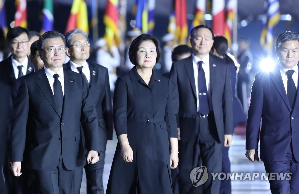 President Moon Jae-in (L) and first lady Kim Jung-sook arrive at Seoul Air Base, southeast of Seoul, on June 25, 2020 for a Korean War anniversary ceremony. (Yonhap)