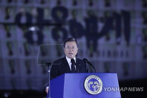 (2nd LD) Moon urges N. Korea to formally end Korean War, warns of firm response to threats