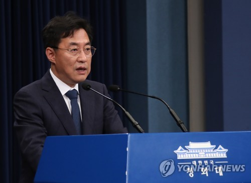 (LEAD) Moon receives emergency report on soaring housing prices from land minister amid public outcry