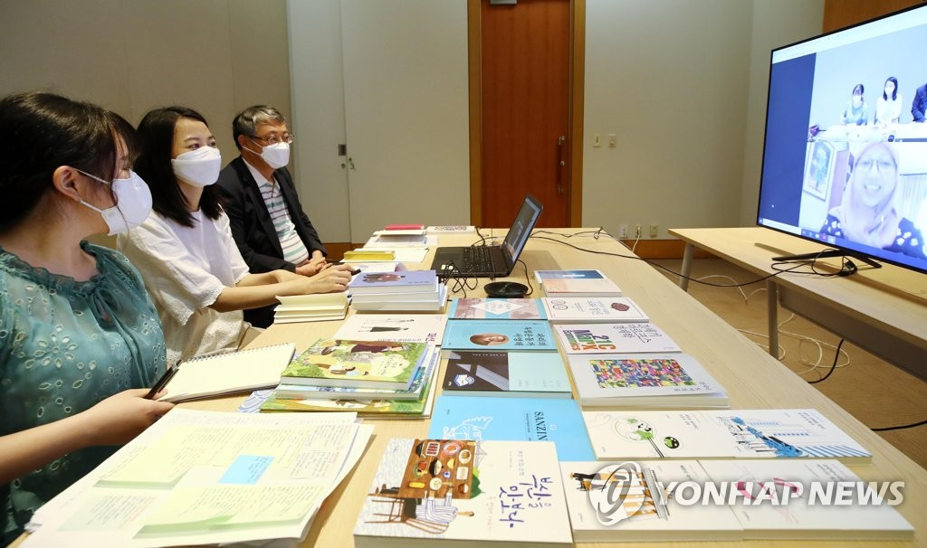 Officials from a publishing company hold a videoconference with a publishing house in Indonesia at a book fair event held at COEX in southern Seoul on June 29, 2020. (Yonhap)