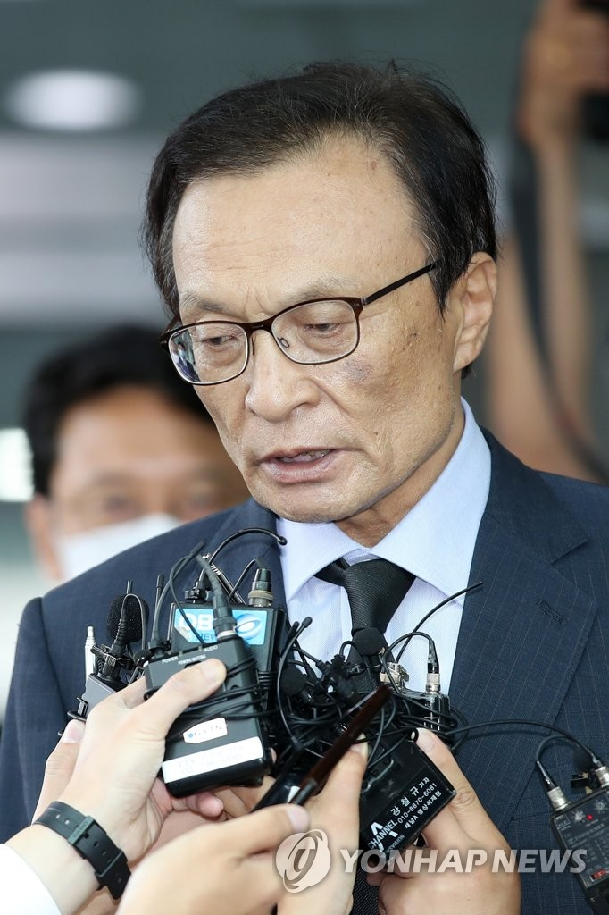 Lee Hae-chan, head of the ruling Democratic Party, frowns at reporters' questions about sexual harassment allegations involving Seoul Mayor Park Won-soon after offering his condolences at Seoul National University Hospital on July 10, 2020. Park was found dead at a mountain in Seoul earlier in the day amid allegations filed by his former female secretary against him. (Yonhap)