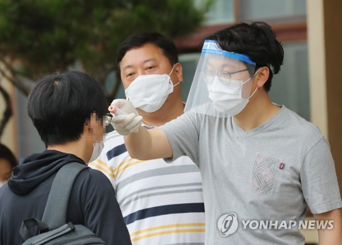 Applicants take public servant test amid coronavirus pandemic