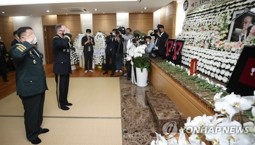 USFK commander pays tribute to late war hero Paik
