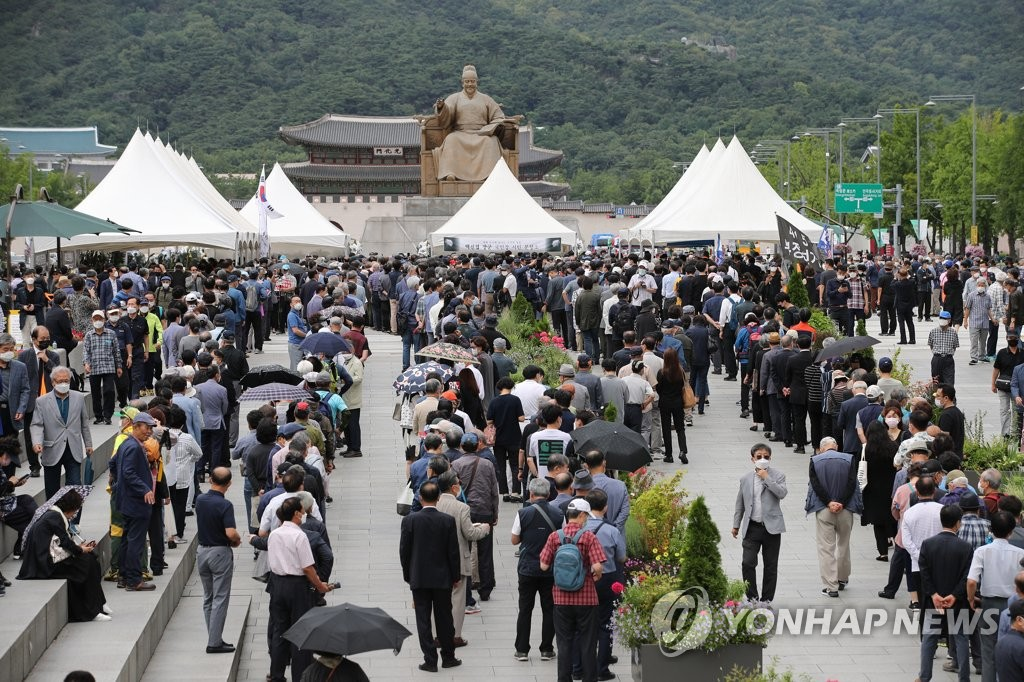 Citizens wait in line to pay tribute at the memorial altar for the country's most renowned Korean War hero, Paik Sun-yup, at Gwanghwamun Square in Seoul on July 14, 2020, one day ahead of his funeral. Paik, South Korea's first four-star general, died on July 10 at age 99. (Yonhap)