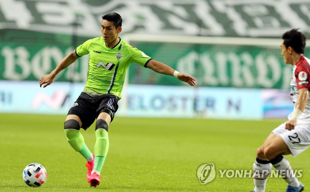 In this file photo from July 26, 2020, Lee Yong of Jeonbuk Hyundai Motors (L) controls the ball against FC Seoul during a K League 1 match at Jeonju World Cup Stadium in Jeonju, 240 kilometers south of Seoul. (Yonhap)