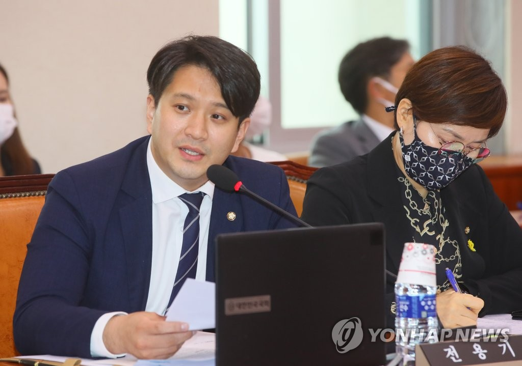 Rep. Jeon Yonggi of the ruling Democratic Party speaks at the National Assembly on July 27, 2020, in this file photo. Jeon submitted a motion to revise the military service law to allow pop artists who have elevated national prestige to defer their military service. (Yonhap)
