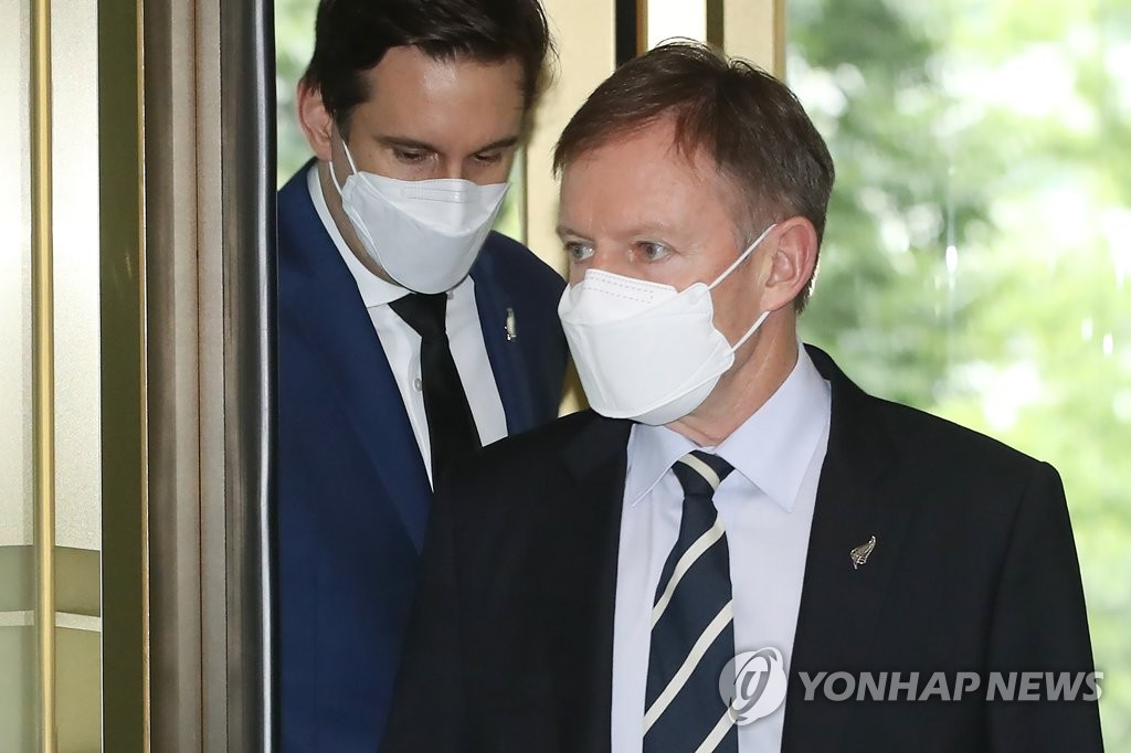 New Zealand Ambassador Philip Turner (R) enters the foreign ministry building in Seoul on Aug. 3, 2020, to discuss allegations surrounding a South Korean diplomat accused of sexually assaulting a New Zealander embassy employee when he was stationed in Wellington in 2017. (Yonhap)