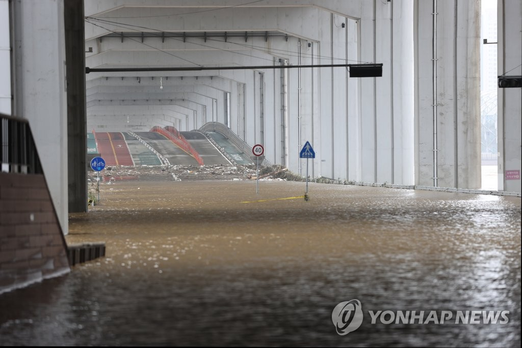 Jamsu Bridge, which links Seoul's southern and northern parts over the Han River, is partially submerged following heavy rain on Aug. 3, 2020. (Yonhap)