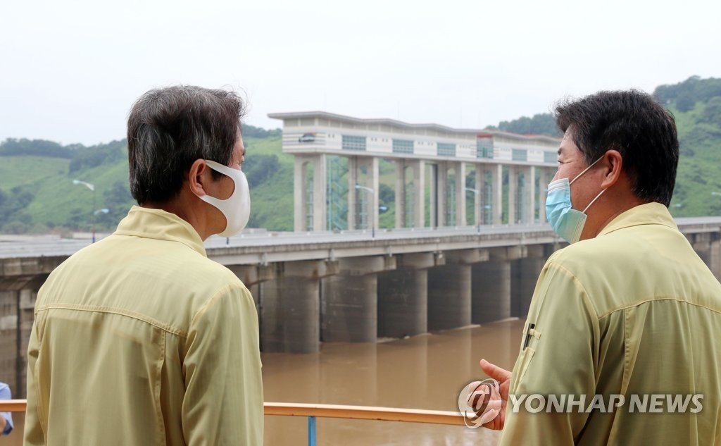 Unification minister visits dam on inter-Korean river