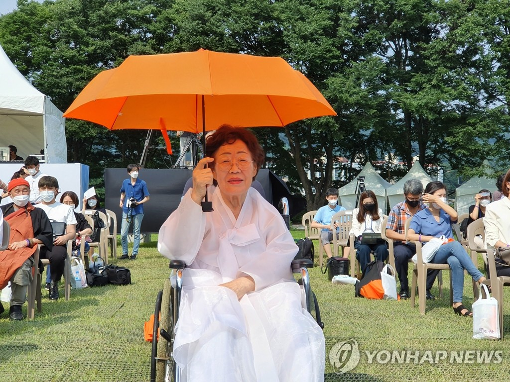 Lee Yong-soo, a victim of the Japanese military's sexual slavery during World War II, participates in a national ceremony to mark the international memorial day for 'comfort women' held at the Hill of National Commemoration in Cheonan, south of Seoul, on Aug. 14, 2020. (Yonhap)
