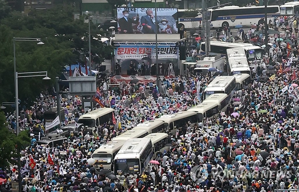Thousands of people attend an anti-government rally in central Seoul on Aug. 15, 2020. (Yonhap)