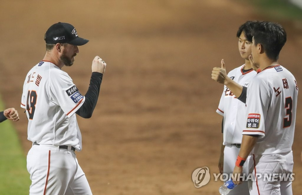 In this file photo from Aug 21, 2020, Chad Bell of the Hanwha Eagles (L) is greeted by teammates after completing the top of the sixth inning of a Korea Baseball Organization regular season game against the KT Wiz at Hanwha Life Eagles Park in Daejeon, 160 kilometers south of Seoul. (Yonhap)