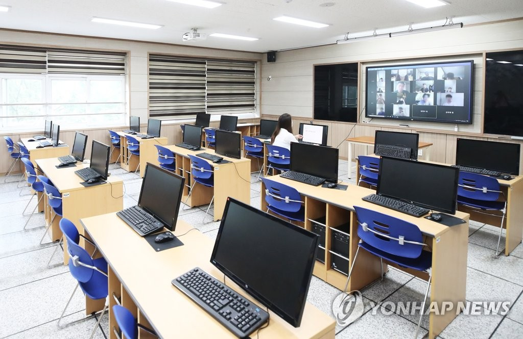This file photo, taken on Aug. 26, 2020, shows a computer room at a high school in Suwon, south of Seoul. (Yonhap)