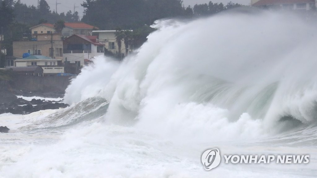 Strong waves are seen at Seogwipo, Jeju, on Sept. 2, 2020. (Yonhap)