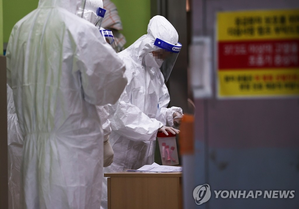 Medical workers are on duty on Sept. 2, 2020, at a hospital in Seoul that reported new coronavirus cases the previous day. (Yonhap)