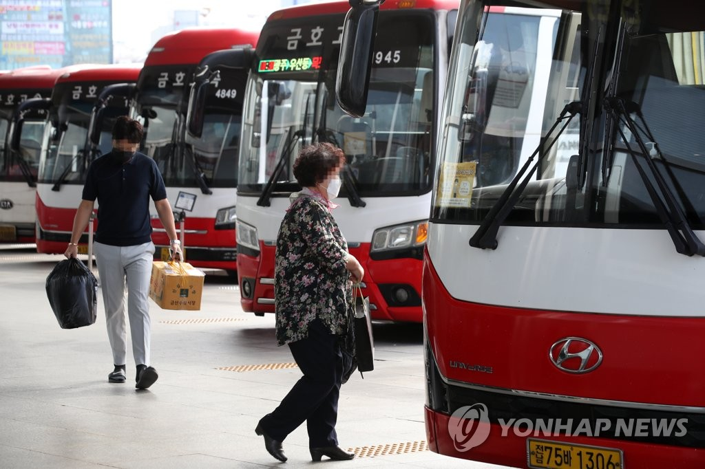 This photo shows buses at a terminal in the southwestern city of Gwangju on Sept. 29, 2020. (Yonhap)