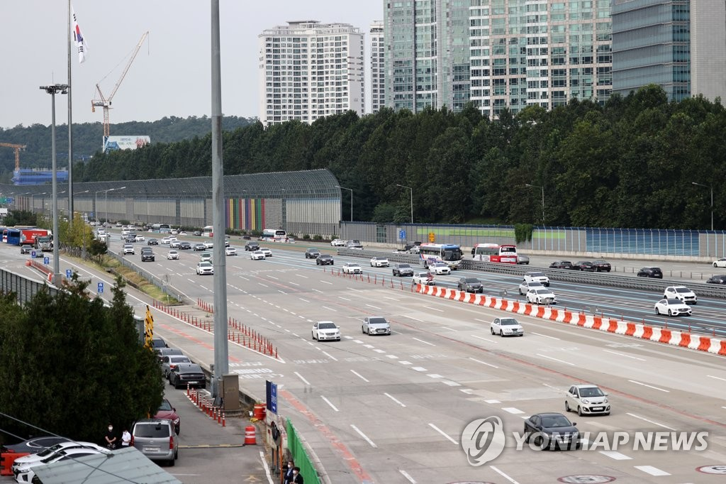 This photo shows a smaller number of cars than usual traveling on the Gyeongbu Expressway on Sept. 29, 2020, as seen from a tollbooth in Seongnam, south of Seoul. (Yonhap)