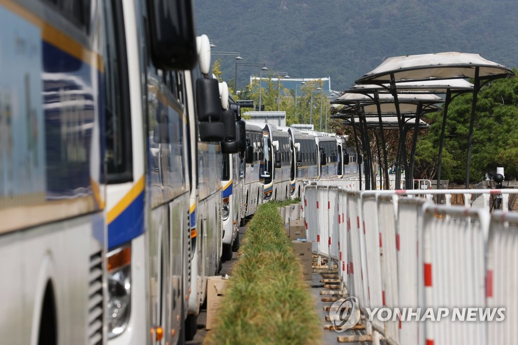 Police buses are lined up around Seoul's Gwanghwamun Square alongside a row of fences as a precaution against mass rallies on Oct. 3, 2020. (Yonhap)