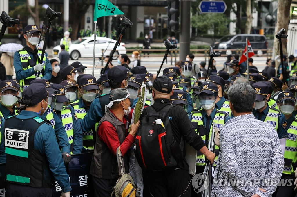 Police seek to deter conservative activists' attempt to hold an anti-government rally on Oct. 3, 2020, National Foundation Day. (Yonhap)