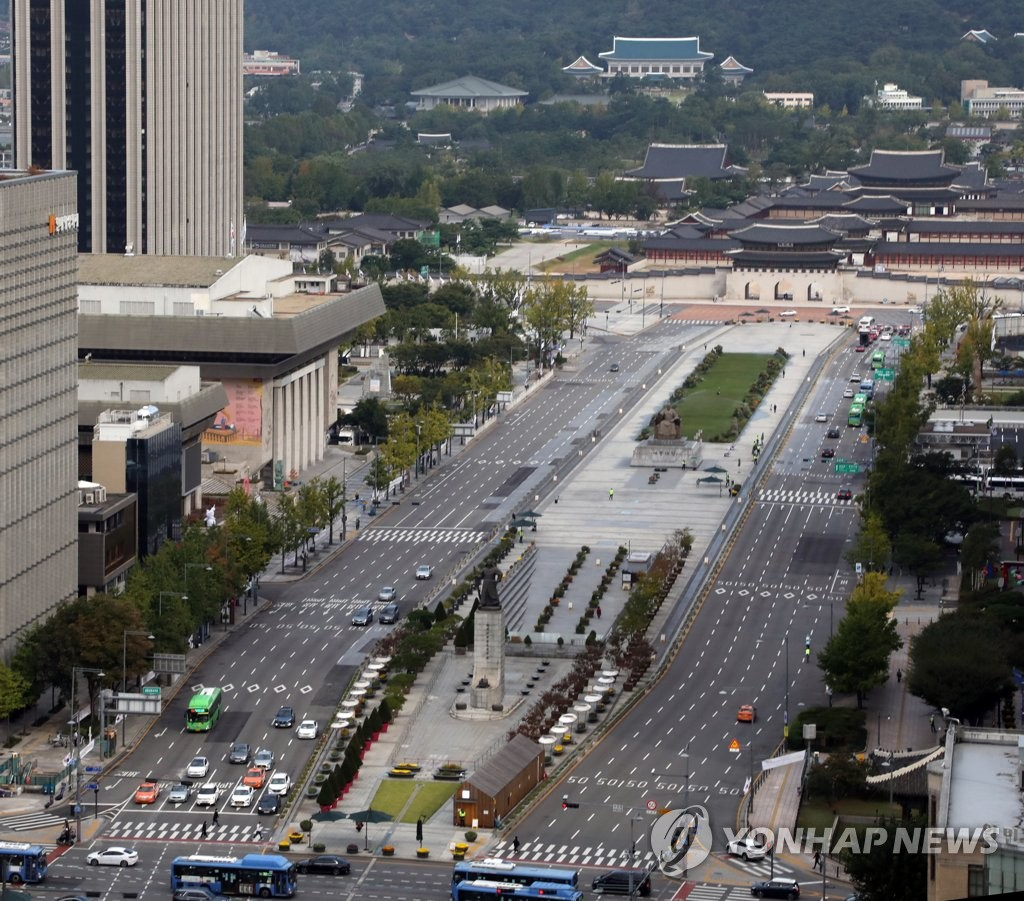 The Gwanghwamun area in central Seoul is nearly empty on Oct. 4, 2020, the last day of the Chuseok holiday. (Yonhap)