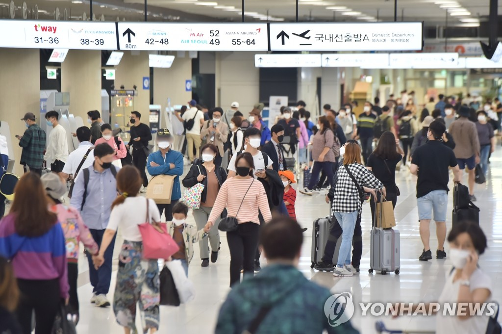 In the file photo taken Oct. 4, 2020, travelers head to the departure hall of Jeju International Airport on the southern resort island of Jeju. (Yonhap)