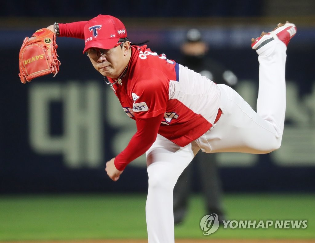 In this file photo from Oct. 13, 2020, Yang Hyeon-jong of the Kia Tigers pitches against the NC Dinos in the bottom of the fifth inning of a Korea Baseball Organization regular season game at Changwon NC Park in Changwon, 400 kilometers southeast of Seoul. (Yonhap)