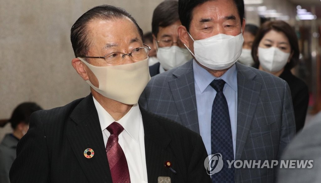Japanese politician Takeo Kawamura (L) arrives at the National Assembly in Seoul to hold closed-door talks with South Korea's ruling Democratic Party leader, Rep. Lee Nak-yon, on Oct. 18, 2020. (Yonhap)