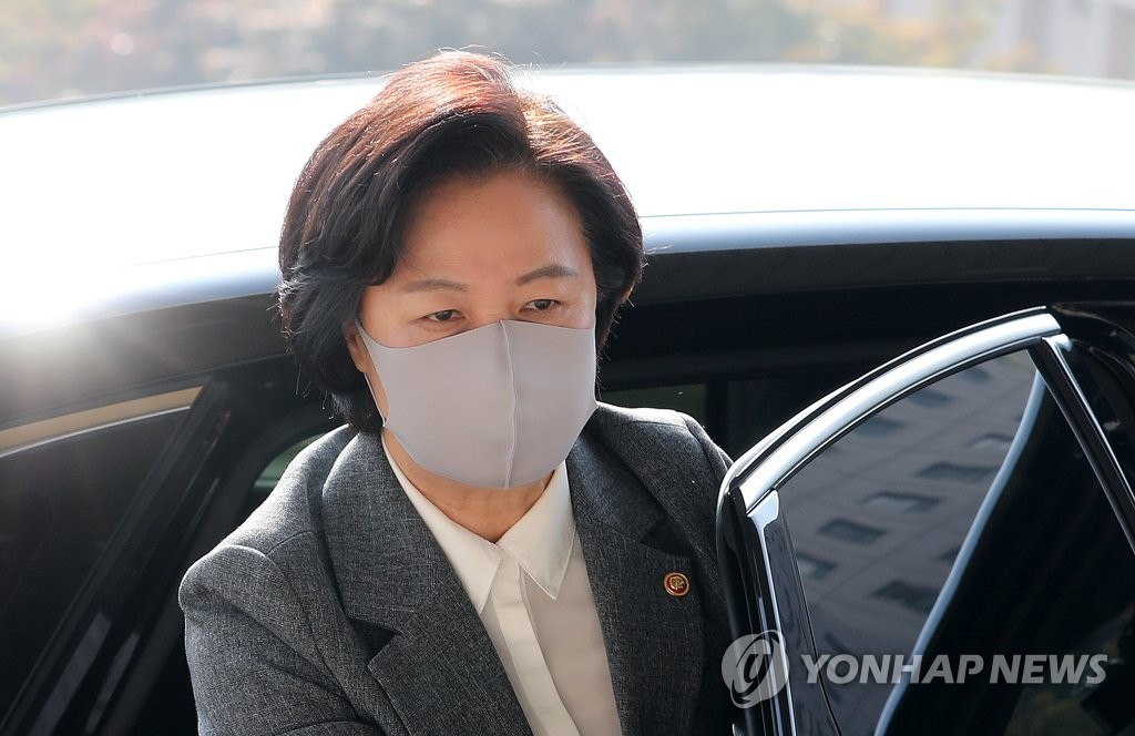 This photo shows Justice Minister Choo Mi-ae arriving at her office in Gwacheon, south of Seoul, on Oct. 19, 2020. (Yonhap)