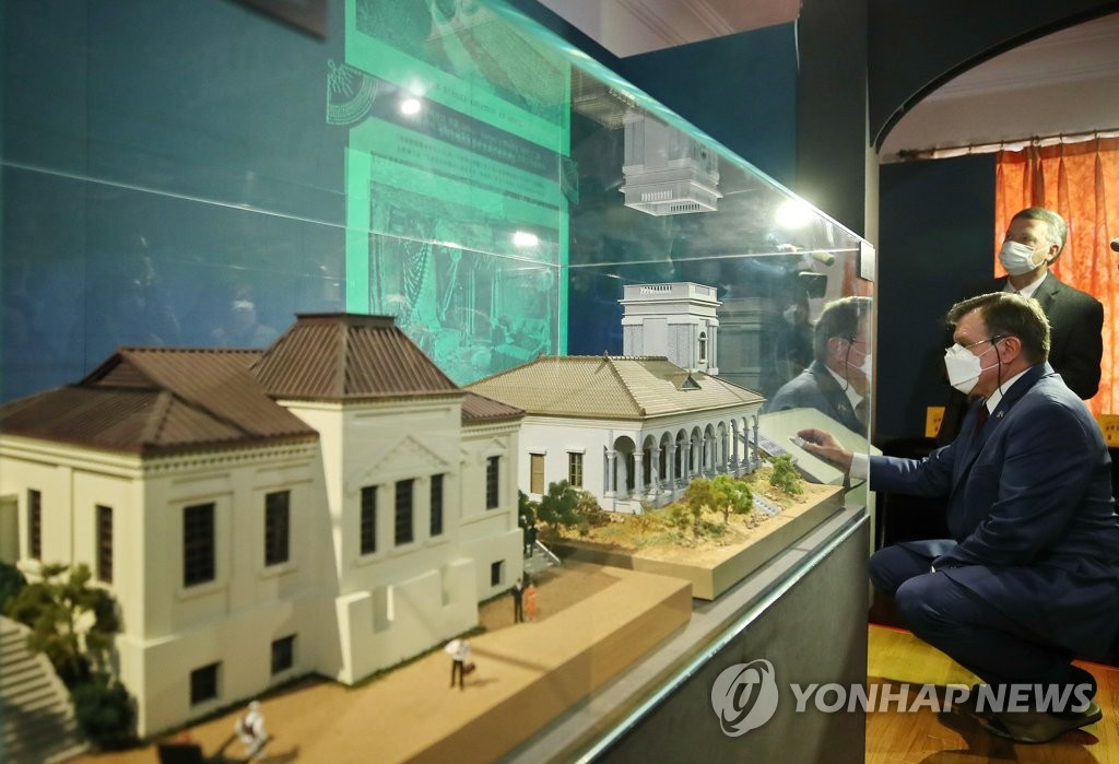 "Russian Amb. Andrey Kulik looks around ""The Life and Works of Russian Architect Afanasy Seredin-Sabatin,"" an exhibition taking place at Deoksu Palace in central Seoul, on Oct. 19, 2020. (Yonhap)"